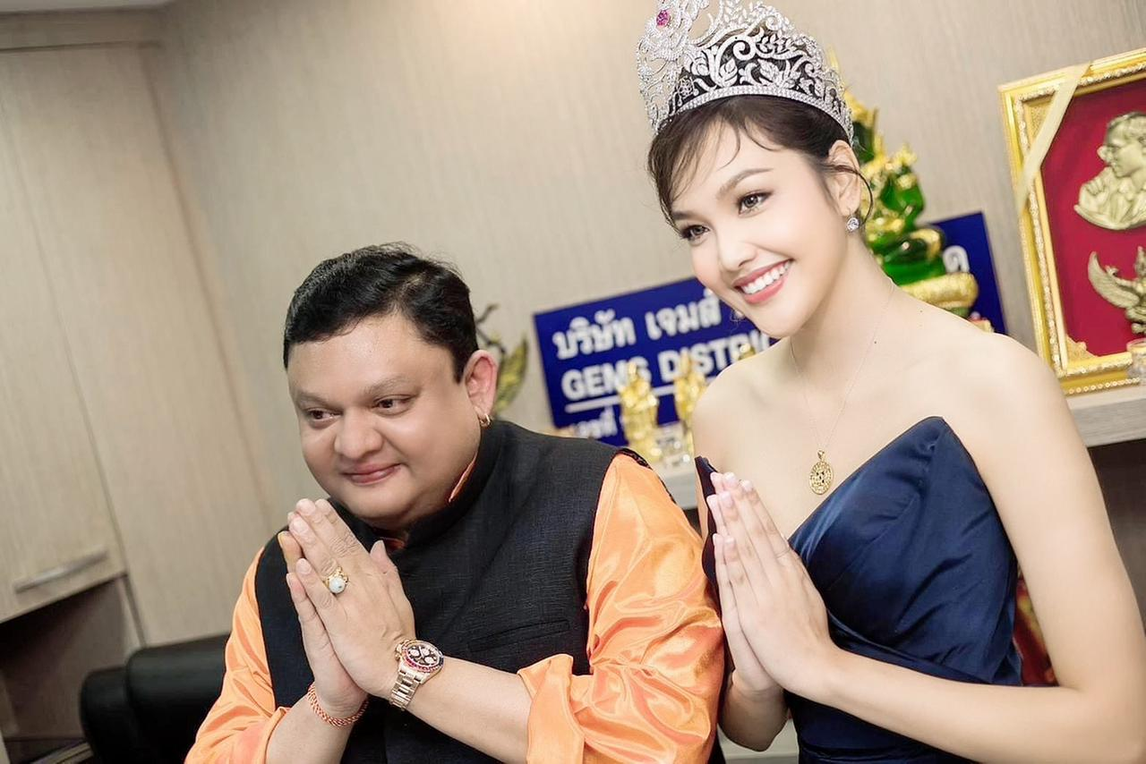 Ms Thailand World-Grace Narintorn with Guruji Shrii Arnav wearing the Nine Gemstone Pendant. Image Courtesy: Gemstoneuniverse